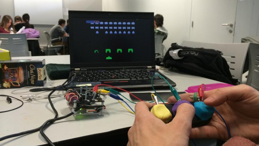 Los niños aprenden a modificar el videojuego clásico Space Invaders