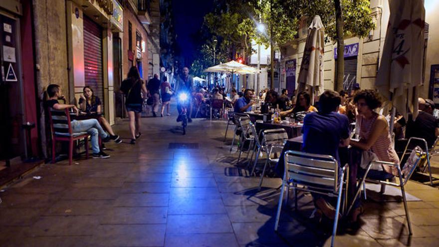El carrer Blai, 60 bars i una quarantena de terrasses en menys de 150 metres / Enric Català
