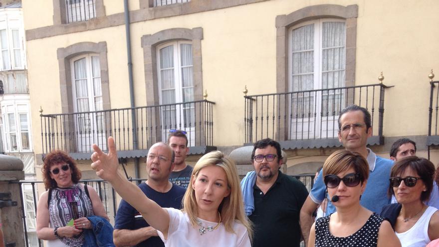Eva García Sáenz de Urturi, autora de 'El silencio de la ciudad blanca', con Elisabeth Ochoa de Eribe, guía turística de Vitoria
