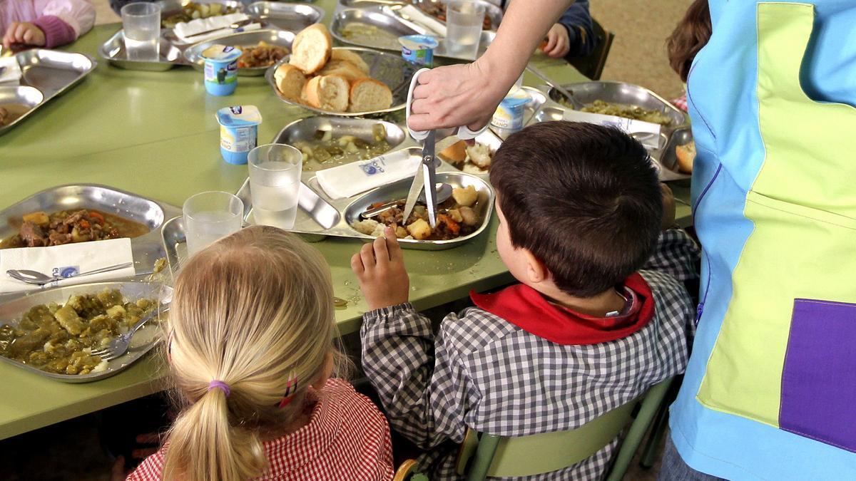 Dos niños en un comedor escolar.