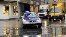 Una patrulla de la Ertzaintza, en el centro de Vitoria este martes