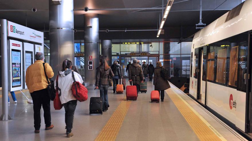 Viajeros tras bajar de un convoy de Metrovalencia en la estación de Aeroport
