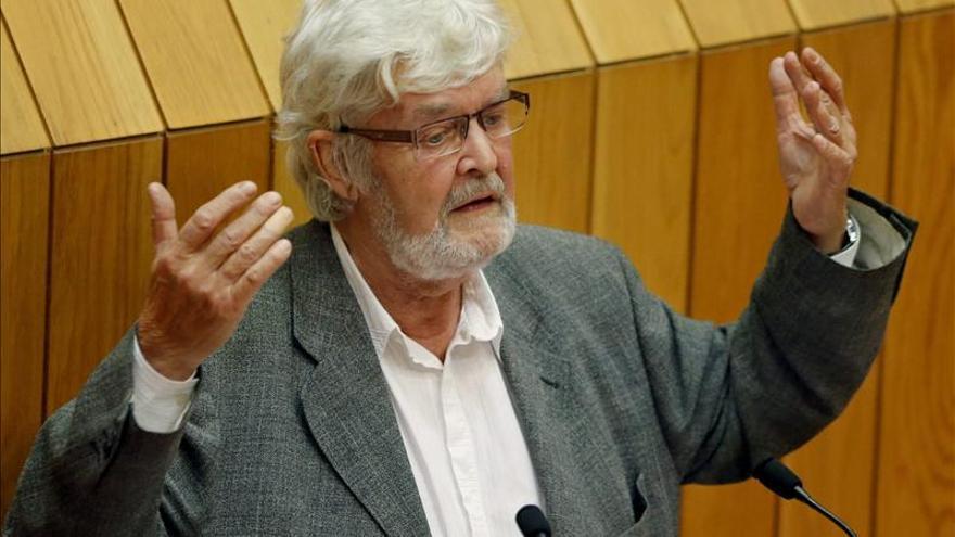 Beiras golpea el escaño de Feijóo en una bronca en  la sesión del Parlamento gallego