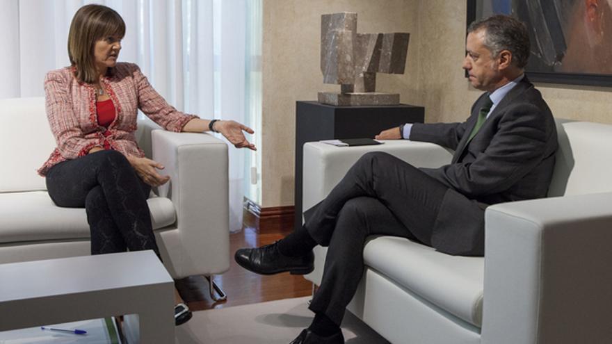 La secretaria general del PSE, Idoia Mendia, conversa con el lehendakari, Iñigo Urkullu.