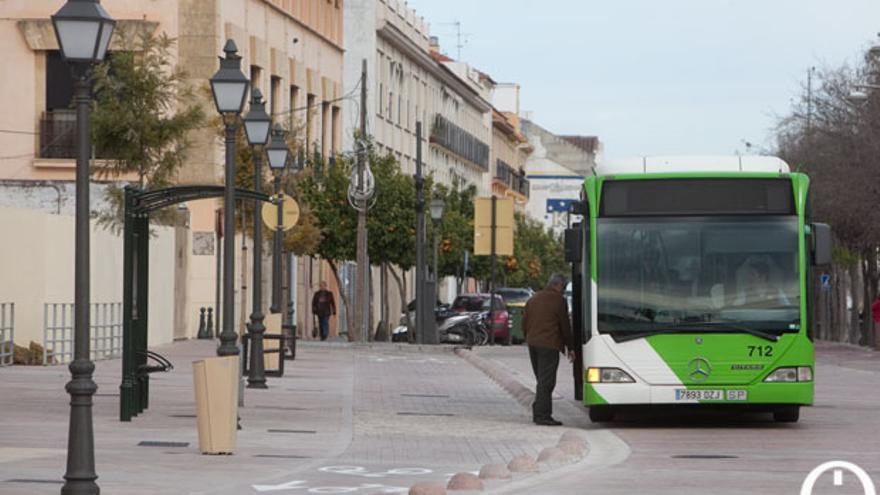 Un autobús, al principio del Paseo de la Ribera | MADERO CUBERO
