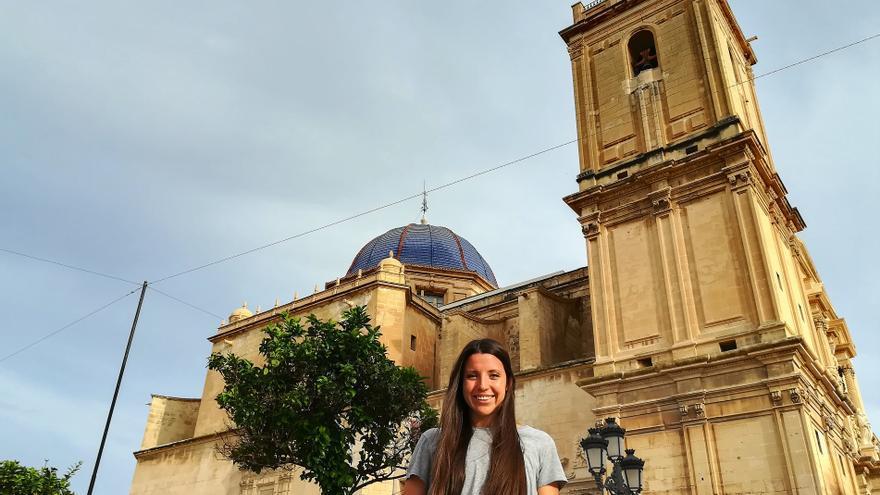 lucia quiles en frente de la basílica de Santa Maria donde se desarrolla el Misteri