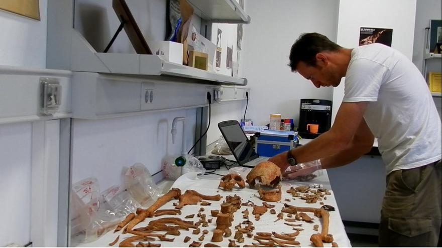 Un voluntario en el laboratorio de la Asociación para la Recuperación de la Memoria Histórica. /ARMH