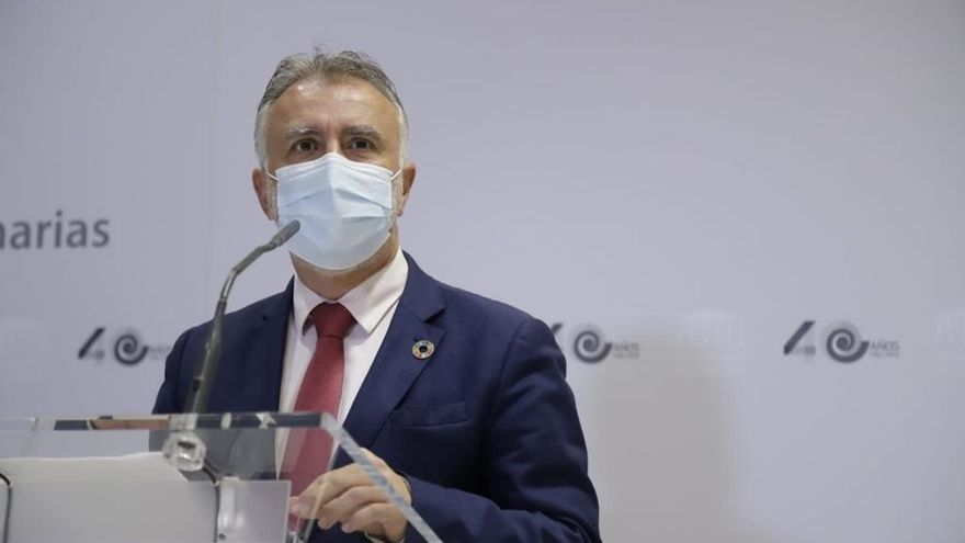 Archivo - El presidente de Canarias, Ángel Víctor Torres, en rueda de prensa