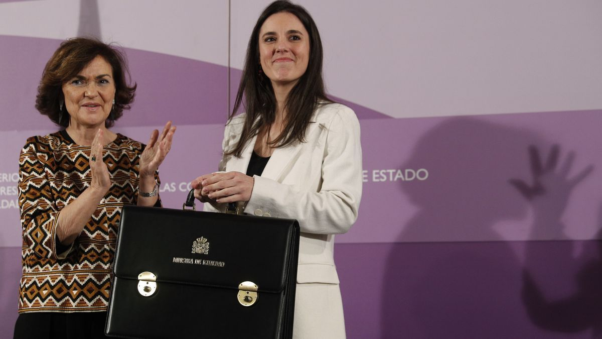 Irene Montero junto a Carmen Calvo en el traspaso de la cartera de Igualdad.