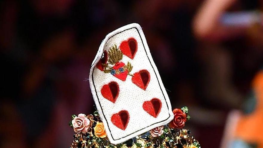 """La """"reina de corazones"""" de Dolce & Gabbana se pasea por Milán"""