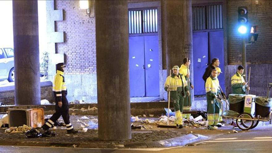 La Policía detiene a dos jóvenes ajenos a la huelga por quemar un contenedor