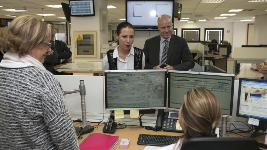 Patricia Hernández durante su visita a la sala operativa del 112 y el Dispositivo de Emergencias para Mujeres Agredidas en Las Palmas de Gran Canaria