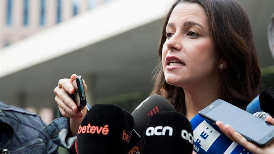 """Arrimadas critica al PSC por fichar al conseller que """"organizó y permitió"""" el 9N"""