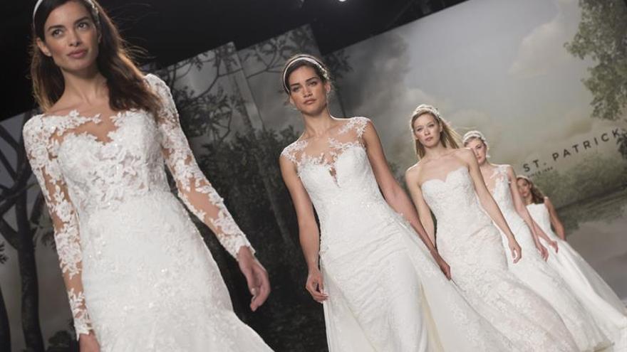 Karolina Kurkova desfila para Studio St. Patrick en su estreno en Bridal Week