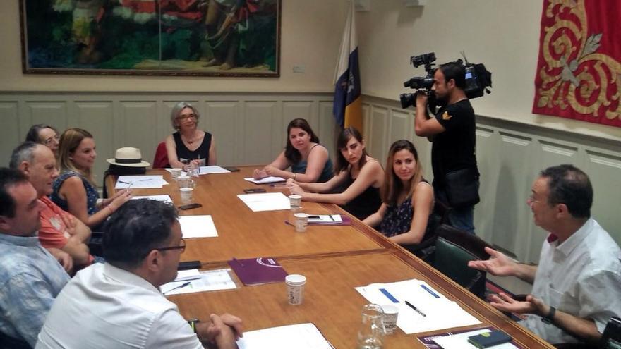 Reunión en el Parlamento de Canarias de Podemos con científicos de las Islas