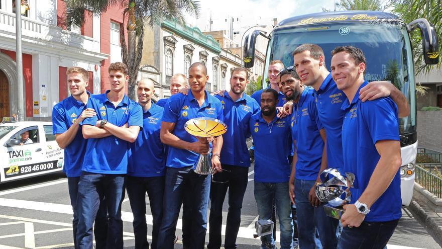 La plantilla del Herbalife Gran Canaria posa con la Supercopa.