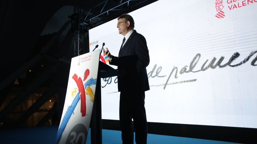 El presidente Ximo Puig se dirige a los asistentes al acto sobre la marca turística.
