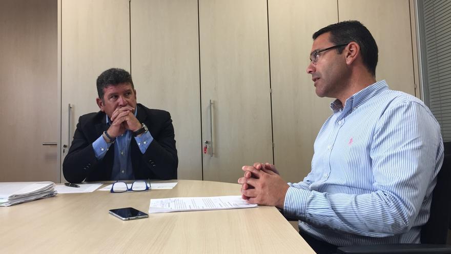 El alcalde de Teguise, Oswaldo Betancort, durante su encuentro con el director general de Pesca del Gobierno de Canarias, Orlando Umpiérrez.