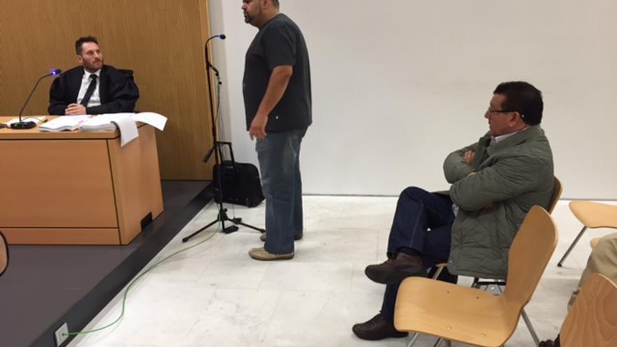 El padre de Adexe, Alfredo Almeida, en un momento de su declaración frente al acusado, Benigno Gago.