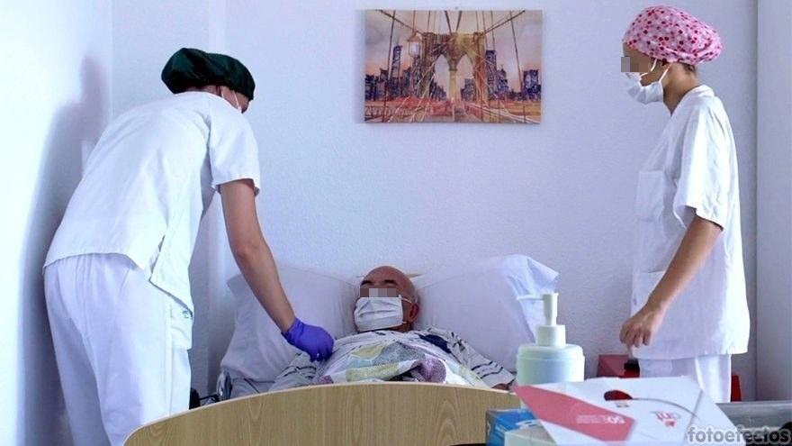 Casi un 3% de los trabajadores de residencias de mayores de Andalucía se niega a ponerse la vacuna