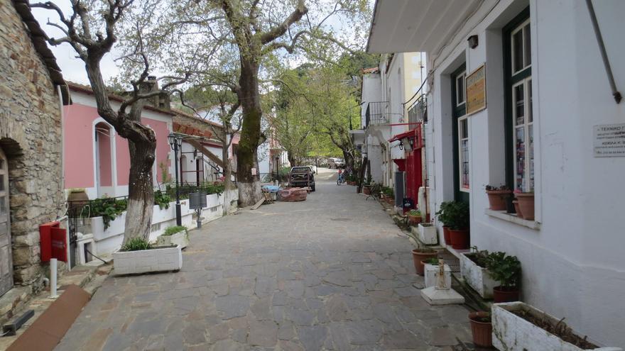 Callejuelas flanqueadas por casas blancas; una de las señas de identidad de las islas griegas. adamansel52