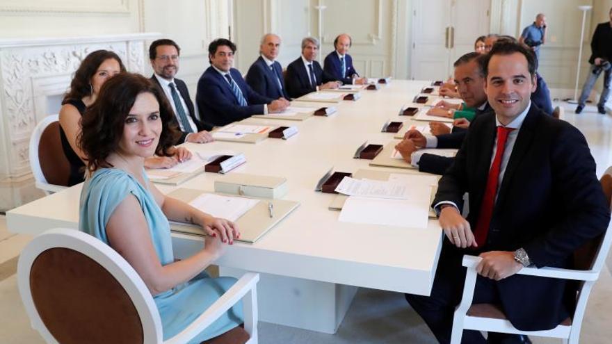 """Díaz Ayuso ve """"lamentable"""" un artículo que habla de su """"insinuante"""" vestido"""