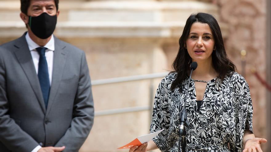 La presidenta de Ciudadanos, Inés Arrimadas, junto al líder de Cs en Andalucía y vicepresidente del Gobierno autonómico, Juan Marín, en una rueda de prensa en el Parlamento andaluz.