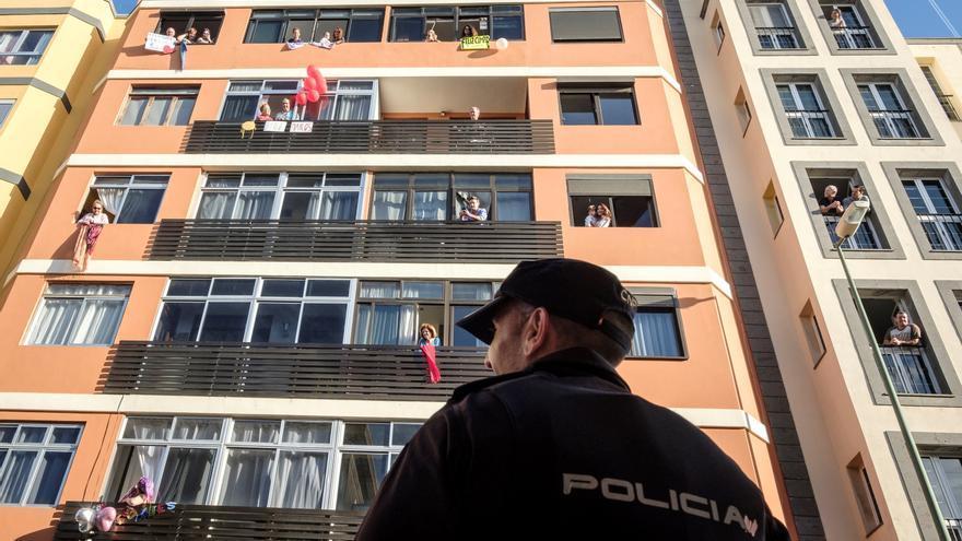 Personas confinadas en sus hogares en Las Palmas de Gran Canaria.