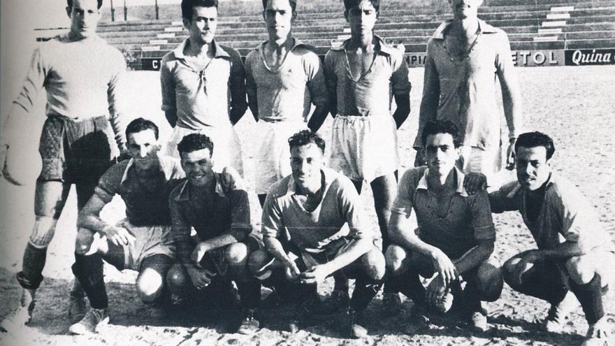 Viernes 16 de septiembre de 1949, primer entrenamiento de la UD Las Palmas. Forman Montes, Antonio Vieira, A. Jorge, Toledo, Viera (de pie); Padrón, Caraballo, Cedrés, Manolín y Macías. Faltan en la imagen Juanono, Polo y Merino