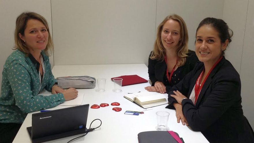Alicia Vanoostende (izquierda), con dos miembros de su equipo, en la Feria Internacional de Turismo World Travel Market que se celebra en Londres.