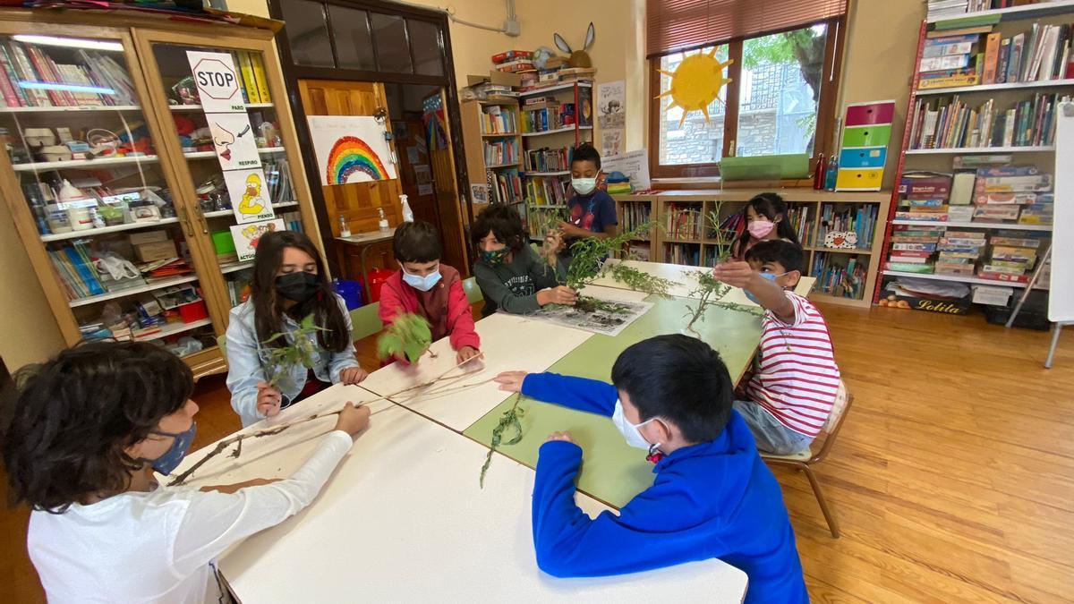 Los niños y niñas del colegio de Senegüé durante una actividad