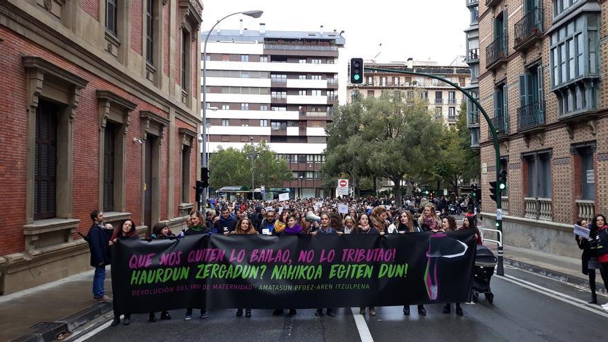 Una manifestación reivindica en Pamplona la devolución de las retenciones del IRPF a la prestación por maternidad