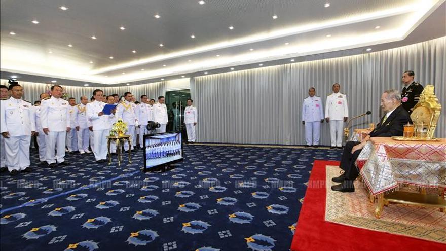 El rey de Tailandia comparece en público por primera vez en meses