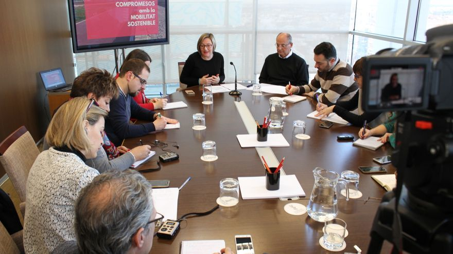 La consellera de Obras Públicas, María José Salvador, junto al director general, Carlos Domingo,