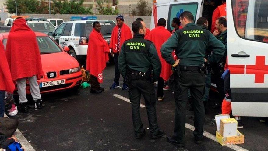 La Guardia Civil rescata una patera con 18 inmigrantes cerca de la costa de Ceuta