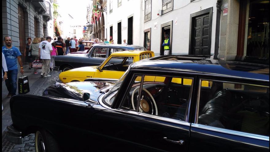 Los coches clásicos han tomado este domingo la Calle Real.