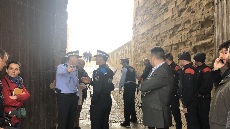 Redactores y policías durante la visita de Pedro Sánchez a Lleida.