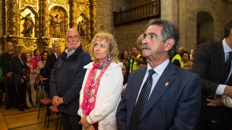 Revilla, en la iglesia, junto a Eva Díaz Tezanos y Ramón Ruiz.   Raúl Lucio