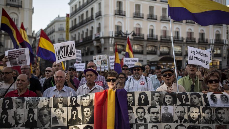 Cabecera de la manifestación que reclama una ley para las víctimas del franquismo.