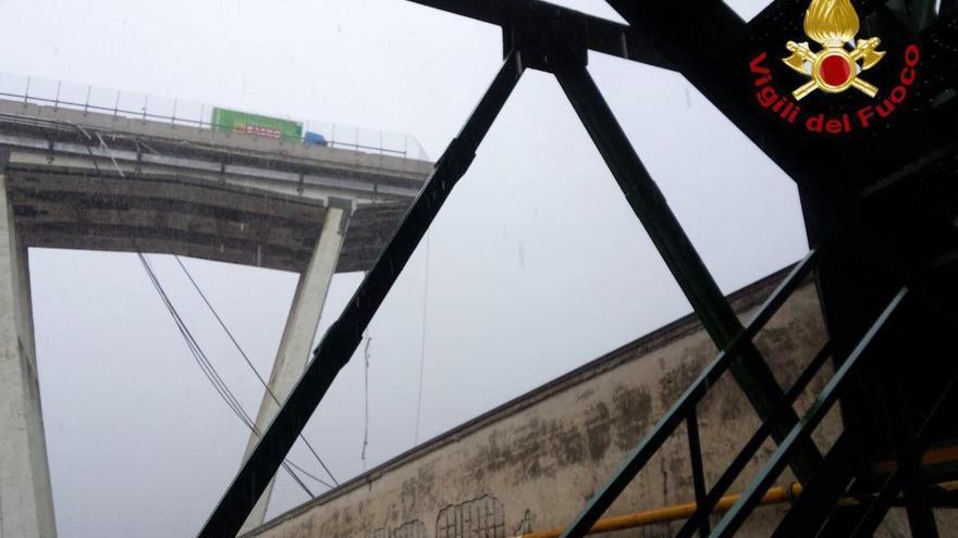 Fotografía del tramo del viaducto que se derrumbó este martes en Génova