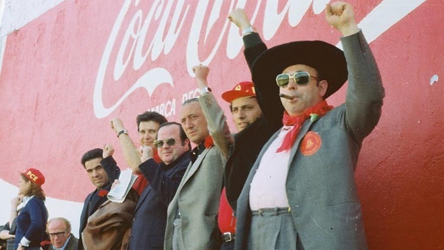 Fotografía tomada en un mitín del PCE en el estadio de fútbol de Vallecas en 1977. | MANUEL DE COS