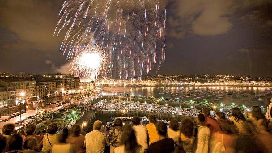 Espectáculo de fuegos artificiales durante la Seman Grande de San Sebastián.