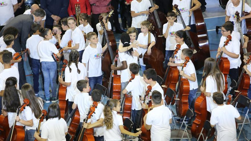 Los reyes saludan a los niños de Barrios Orquestados