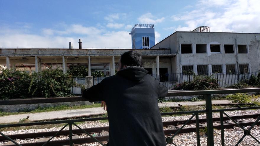 Ali observa la fábrica donde vive, en Patras, apenas unos días después de ser devuelto a Grecia nada más llegar a Italia.
