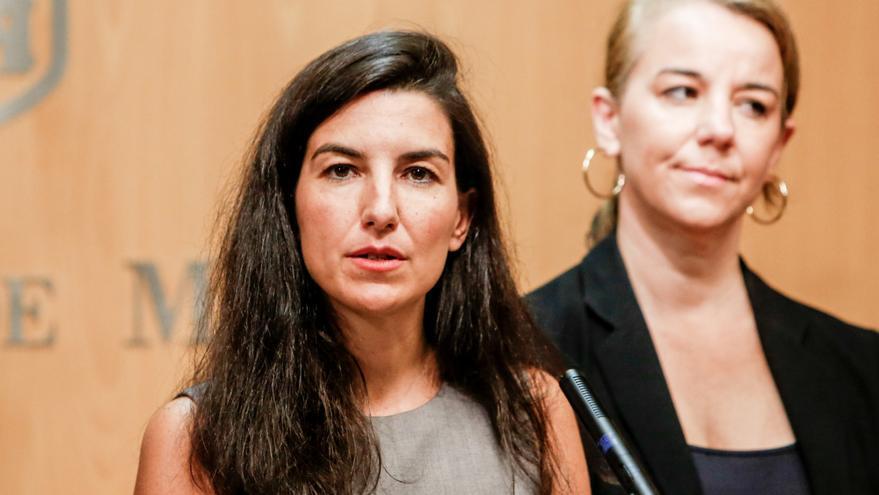 Acompañada de la diputada en la Asamblea de Madrid, Ana María Cuartero (d) la portavoz de Vox en la Asamblea de Madrid, Rocío Monasterio (i) presenta el documento definitivo para apoyar la investidura de la candidata del PP como presidenta de la Comunidad de Madrid.