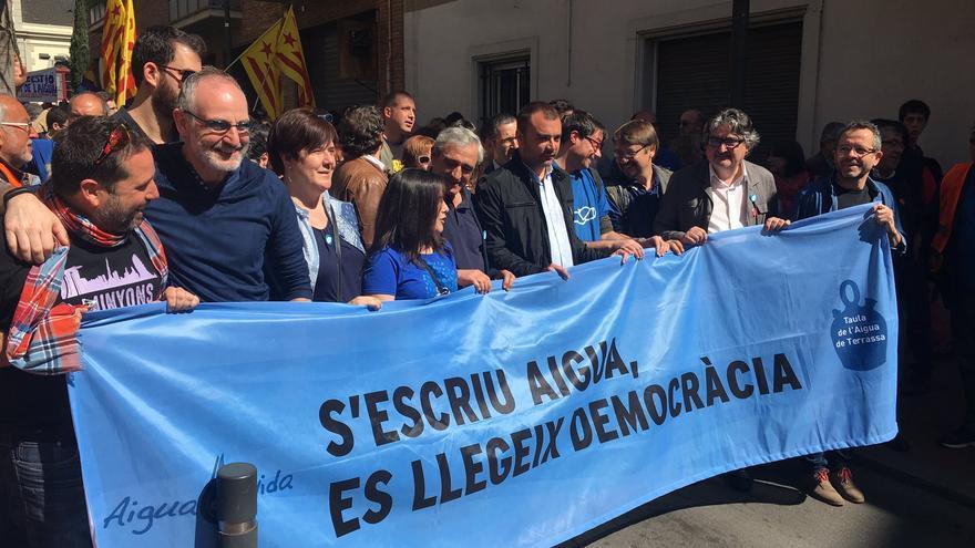 Cabecera de la manifestación en Terrassa por la municipalización del agua / Taula de l'Aigua de Terrassa