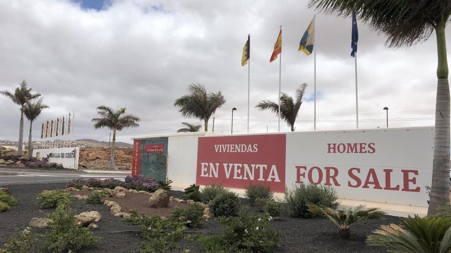 Viviendas construidas junto a la Cueva del Llano, en Fuerteventura.