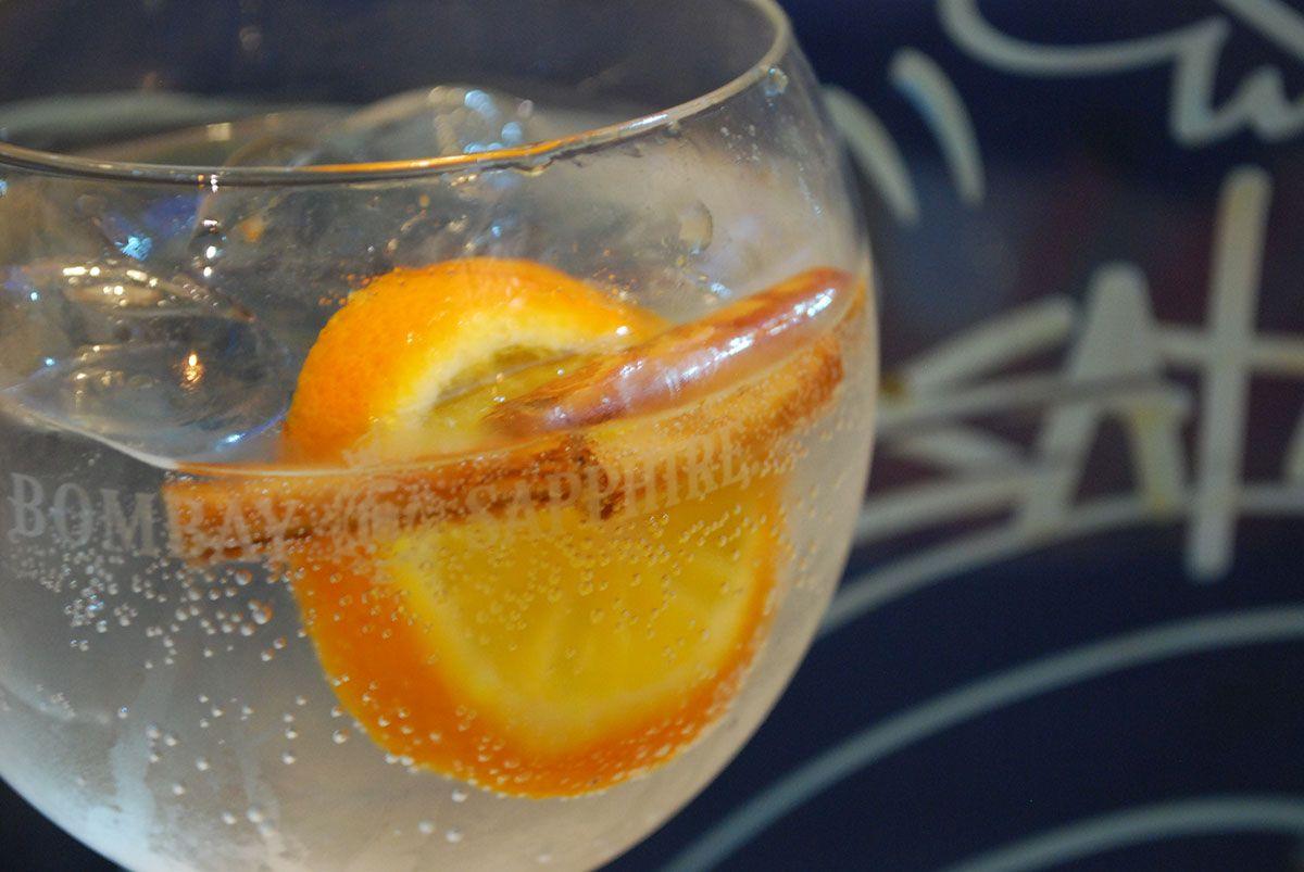 Gin tónic con canella y naranja Citadelle_Malasaña a mordiscos_Amor de Calle