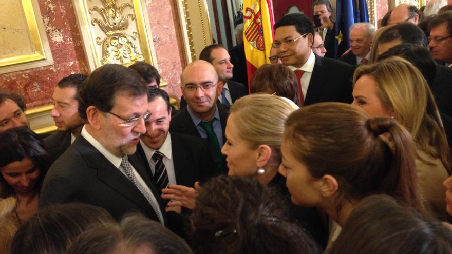 Rajoy en los corrillos durante la celebración del día de la Constitución en el Congreso / G.C.