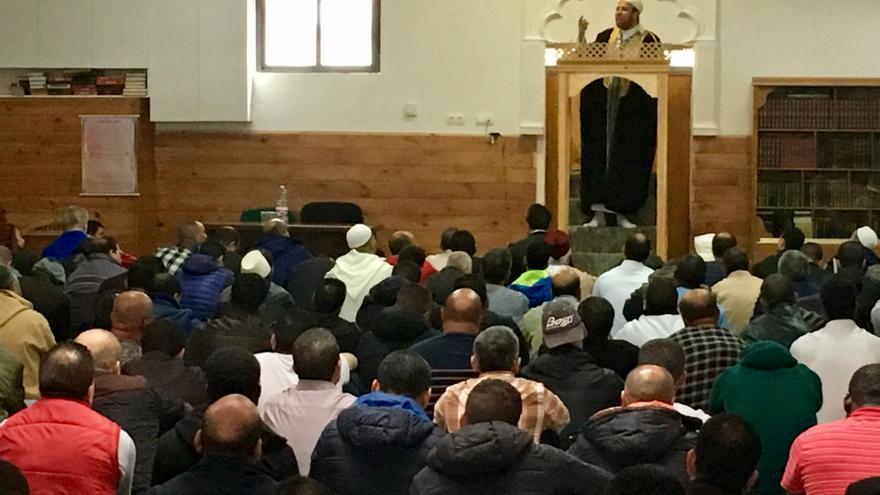El imam de Annour, en el rezo previo a la charla de la Ertzaintza, en Vitoria.
